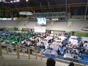 Ο εσωτερικός χώρος του γηπέδου με τις ομάδες Λυκείου στο κέντρο, του Γυμνασίου στα αριστερά στον πράσινο χώρο και Δημοτικού δεξιά στον μπλε χώρο